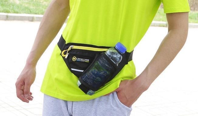 Thiết kế túi đeo hình tam giác nhỏ gọn ôm sát vào hông.
