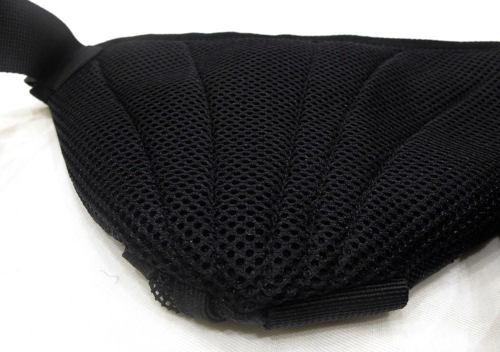 Mặt sau được trang bị đệm dày tạo cảm gíac êm ái khi mang trên hông, không lo bị xóc
